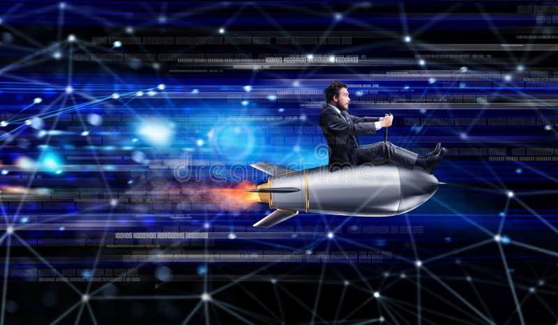 Schnelles Internet-Konzept mit einem Geschäftsmann über einer Rakete stockfotos