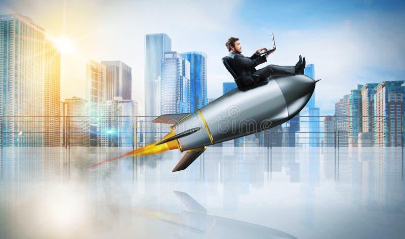 Schnelles Internet-Konzept mit einem Geschäftsmann mit Laptop über einer Rakete lizenzfreie stockfotos