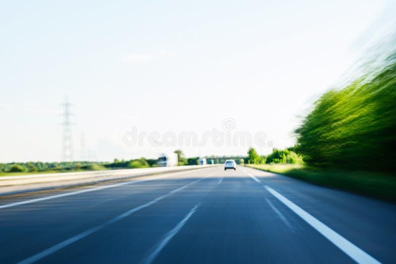 Schnelles Schnellfahrenauto auf Landstraße POV stockfotografie
