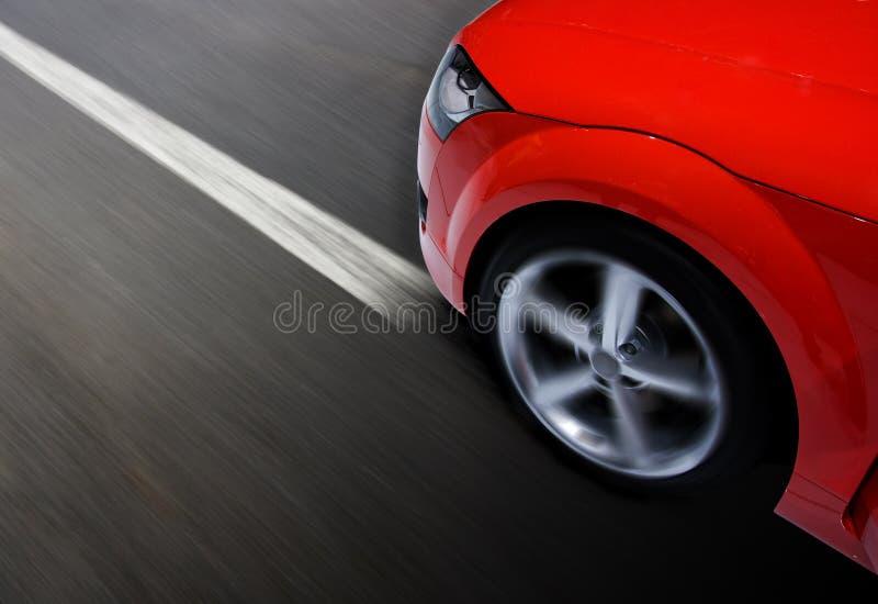 Schnelles Sportauto, das mit Unschärfe sich bewegt lizenzfreie stockfotos