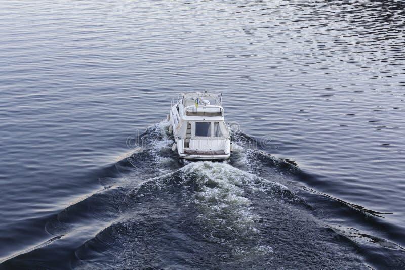 Schnelles weißes LuxusMotorboot auf der Wasseroberfläche stockbild