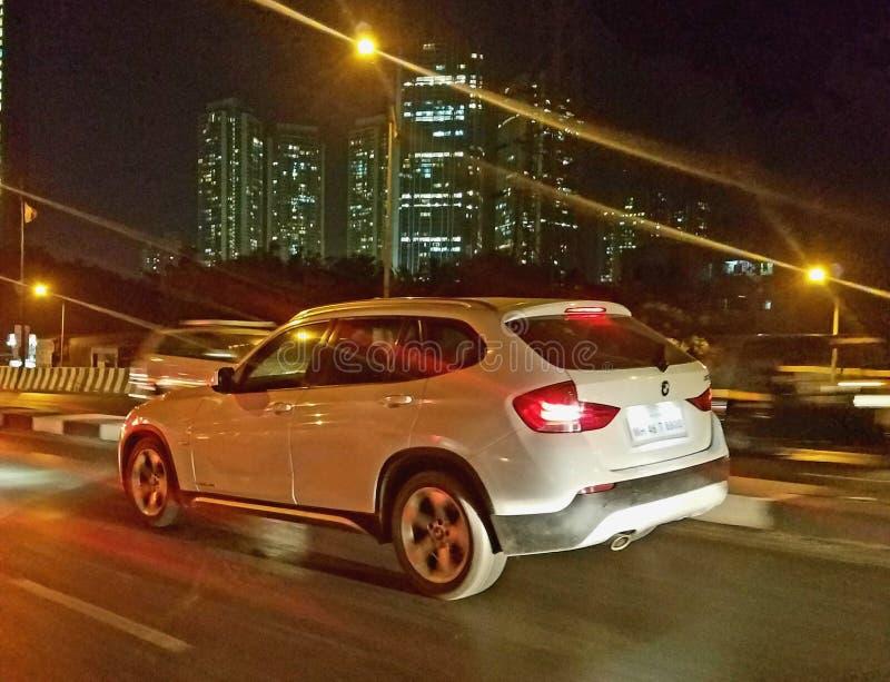 Schnellfahrenauto nachts stockfotos