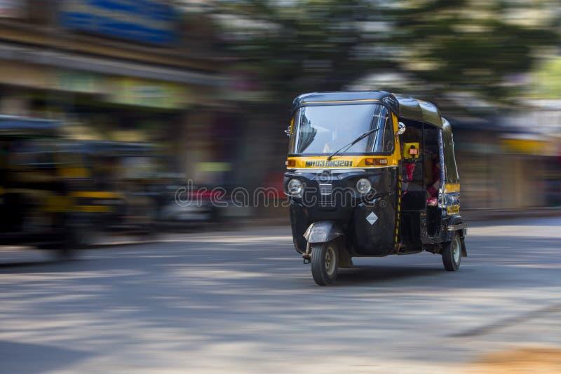 Schnellfahrenrikscha durch Mumbai-Straßen stockfotos