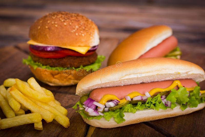 Schnellimbiß - Hotdoge, Hamburger und Pommes-Frites stockbild
