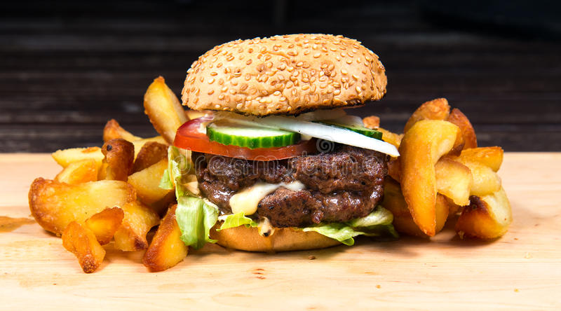 Schnellimbißhamburger und -pommes-Frites stockbilder