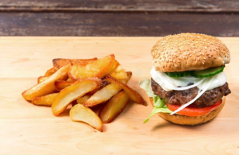 Schnellimbißhamburger und -pommes-Frites lizenzfreies stockbild