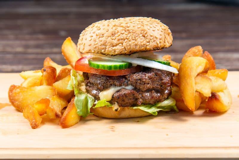 Schnellimbißhamburger und -pommes-Frites stockfoto