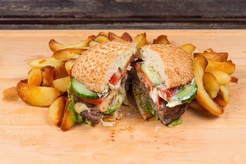 Schnellimbißhamburger und -pommes-Frites stockbild
