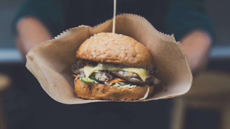 Schnellimbissfestival der Straße, Hamburger mit bbq grillte Steak lizenzfreie stockfotos