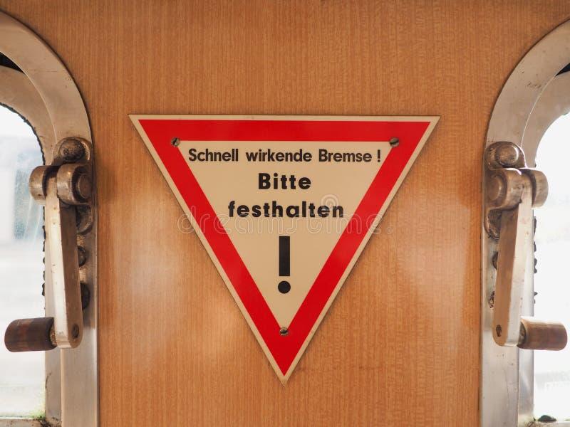 Schnellreagierende Bremse, halten bitte Zeichen auf deutscher Tram stockfoto