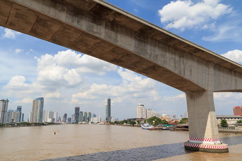 Schnellstraßen-Brücke für Querfluß in Bangkok stockfotografie