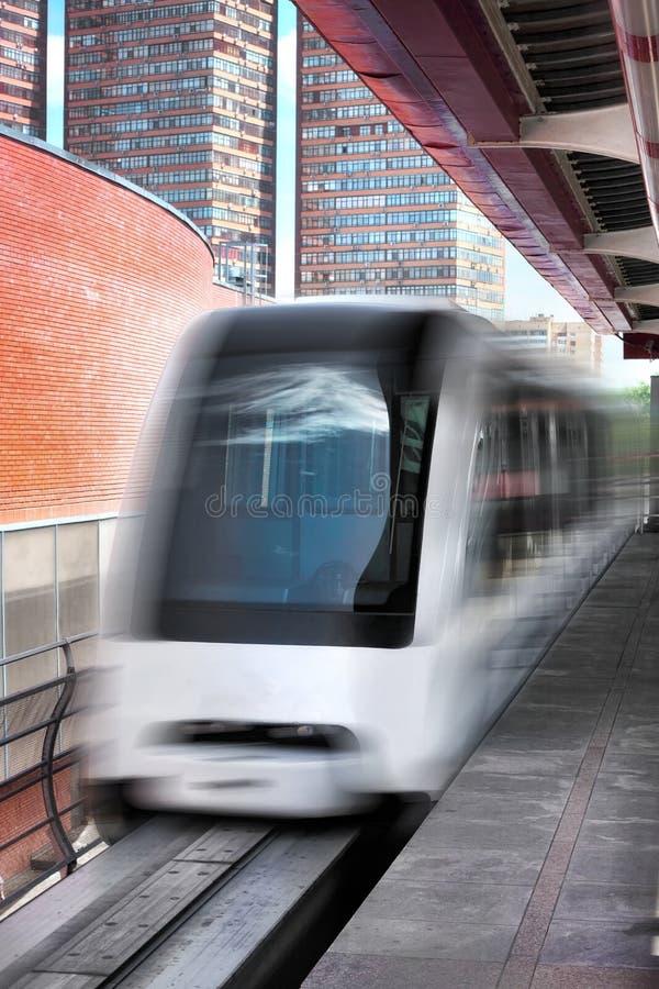 Schnellzug der Einschienenbahn auf Gleis stockfotos