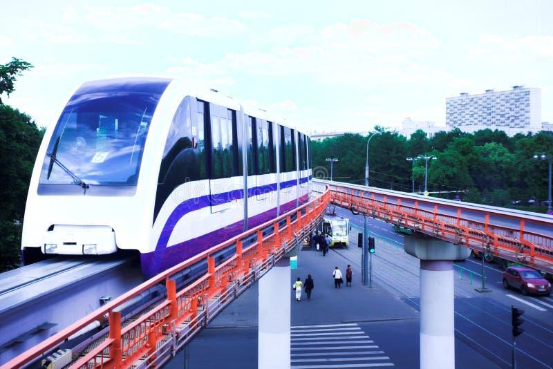 Schnellzug der Einschienenbahn auf Gleis stockbild