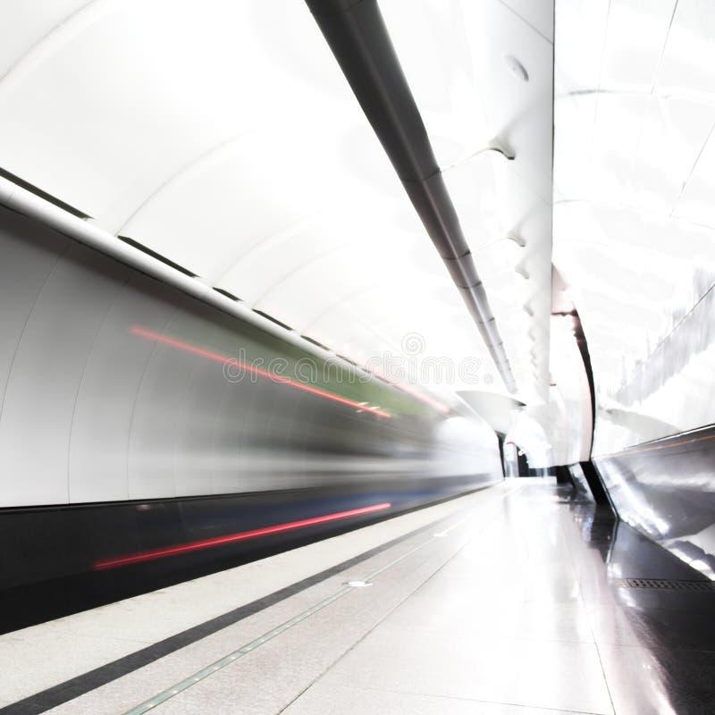 Schnellzug in der Untergrundbahn lizenzfreies stockbild