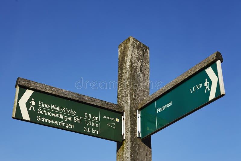Schneverdingen Alemania - poste indicador en el brezo de Luneburg fotos de archivo libres de regalías