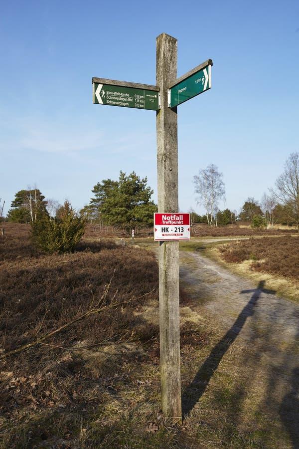 Schneverdingen Alemania - poste indicador en el brezo de Luneburg fotos de archivo