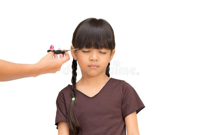 Schnitt des Haares eines kleinen Mädchens stockbilder