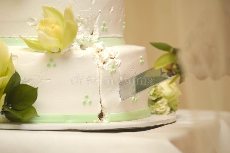 Schnitt des Kuchens lizenzfreie stockbilder