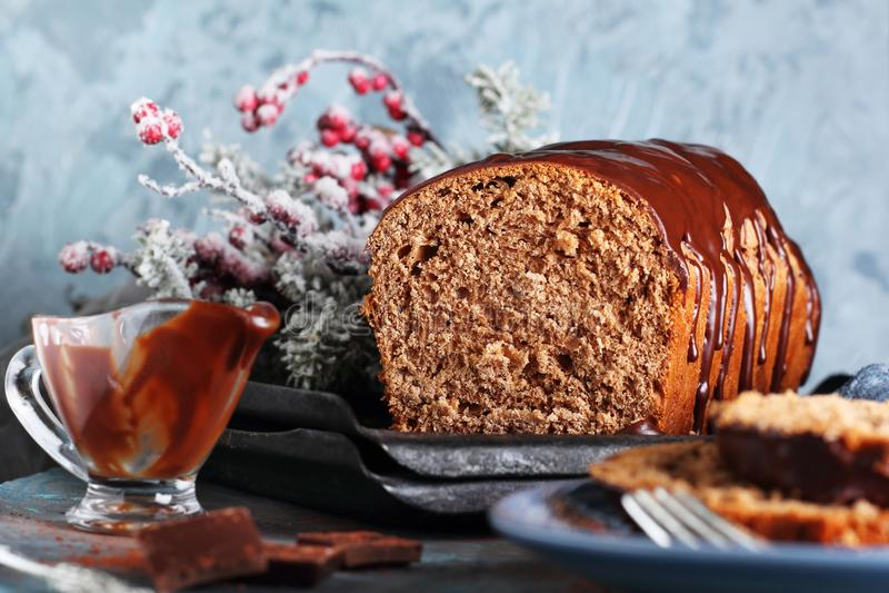 Schnitt des selbst gemachten Schokoladenbrotes stockfoto