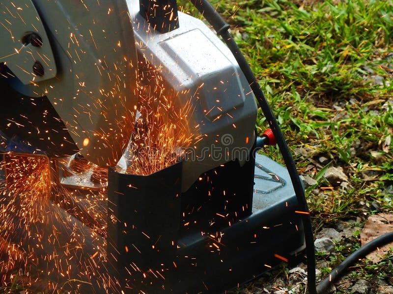 Schnitt des Stahls mit Schein in der industriellen Arbeit stockbild