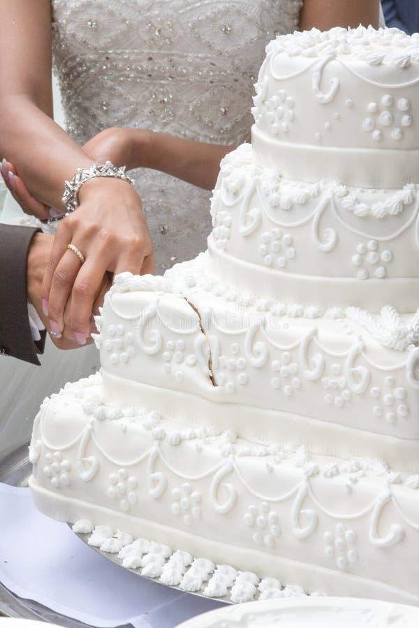 Schnitt des weddingcake stockfotos