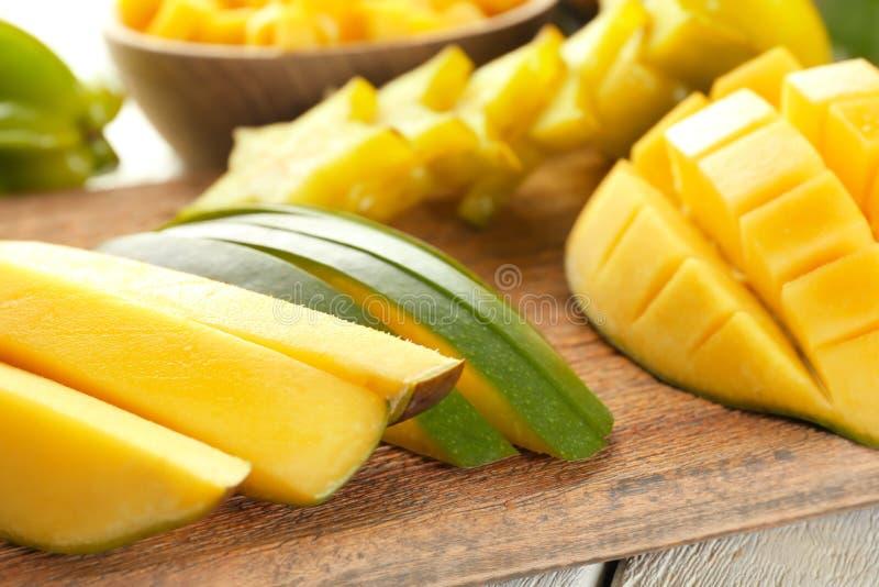 Schnitt frische Mango auf hölzernem Brett, Nahaufnahme lizenzfreies stockfoto