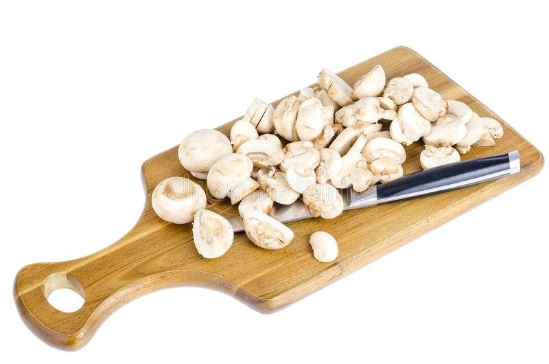 Schnitt frische weiße Champignons für das Kochen lizenzfreie stockfotos