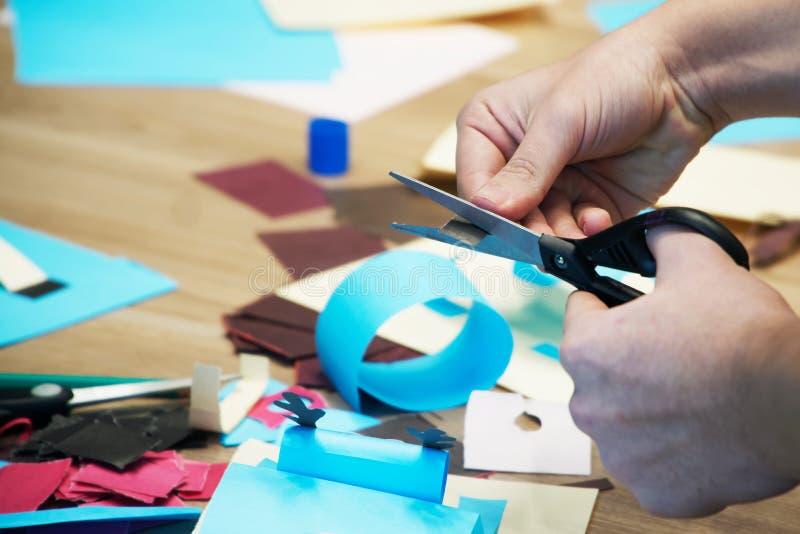 Schnitt mit Scheren färbte Papier und tut Handwerk Scrapbooking und andere Hobbys lizenzfreies stockbild