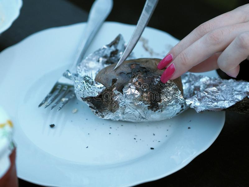 Schnittkartoffeln einer Frau Hand lizenzfreies stockfoto