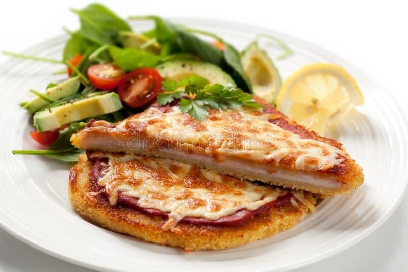 Schnitzel avec de la salade photographie stock libre de droits
