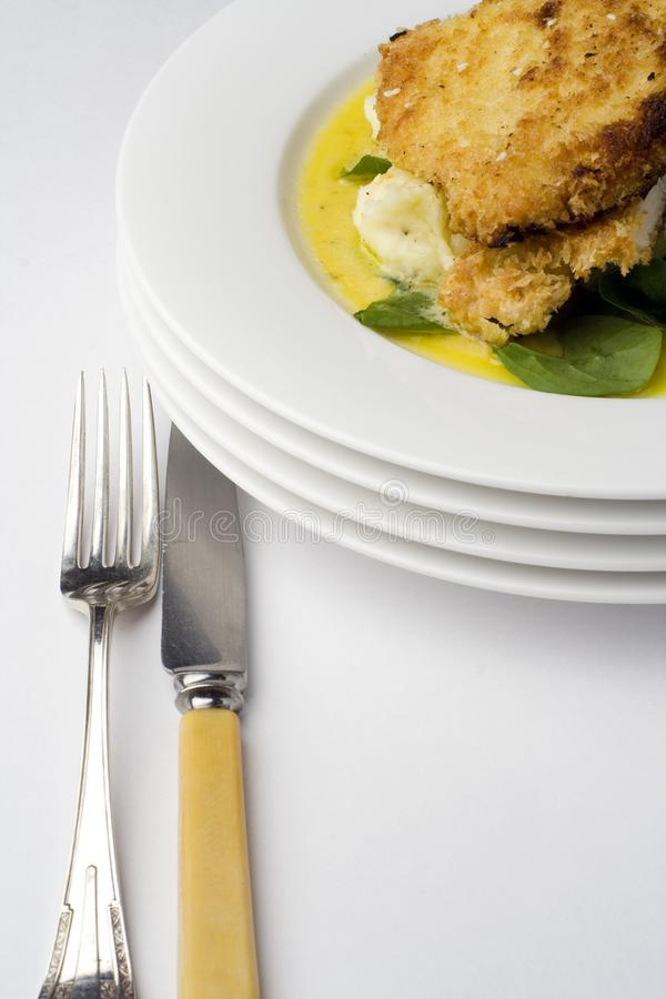 Escalope del pollo; con el cuchillo y la bifurcación imagen de archivo