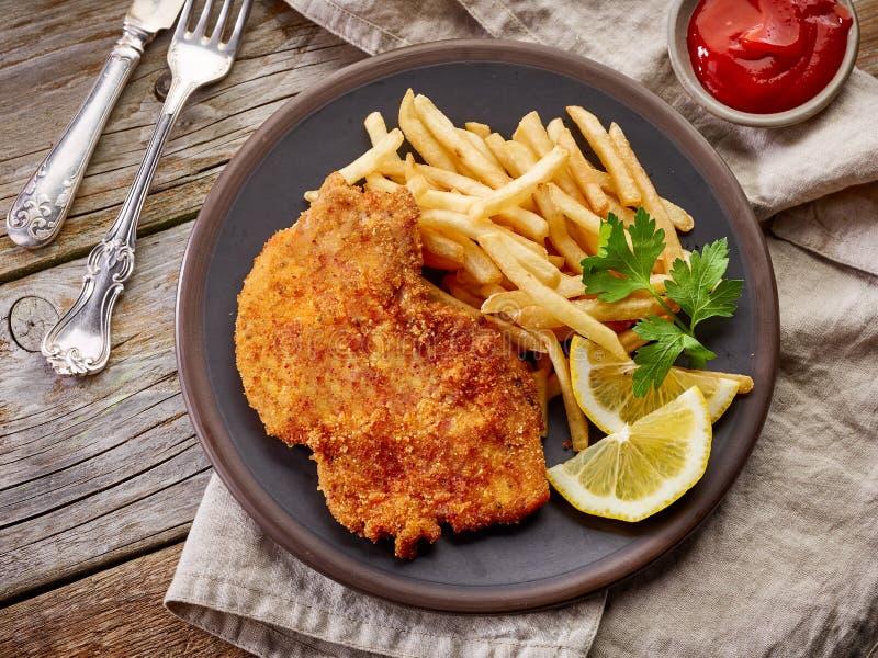 Schnitzel en gebraden aardappels royalty-vrije stock foto's