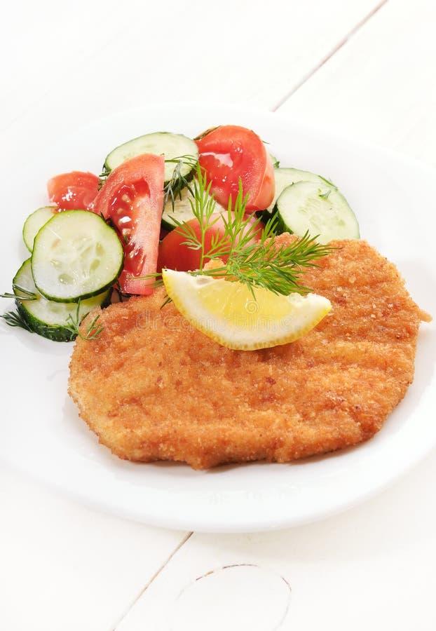 Schnitzel en salade met verse groenten royalty-vrije stock foto