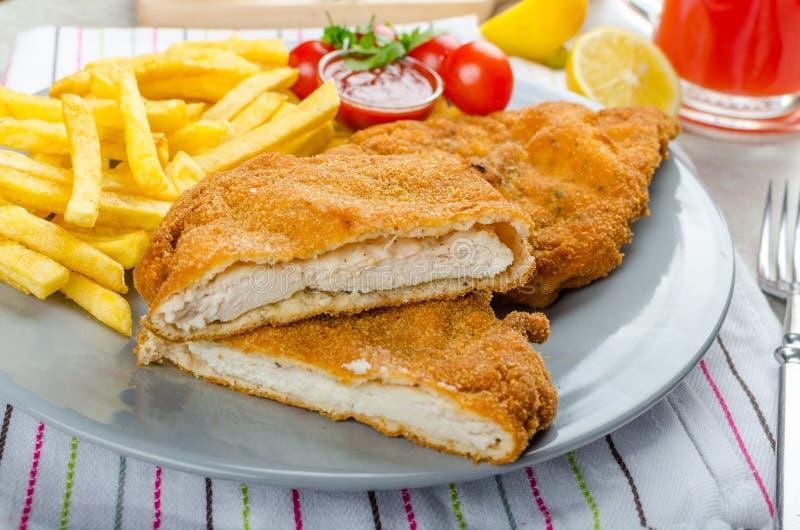 Schnitzel med fransmansmåfiskar och ett kryddigt dopp arkivfoton