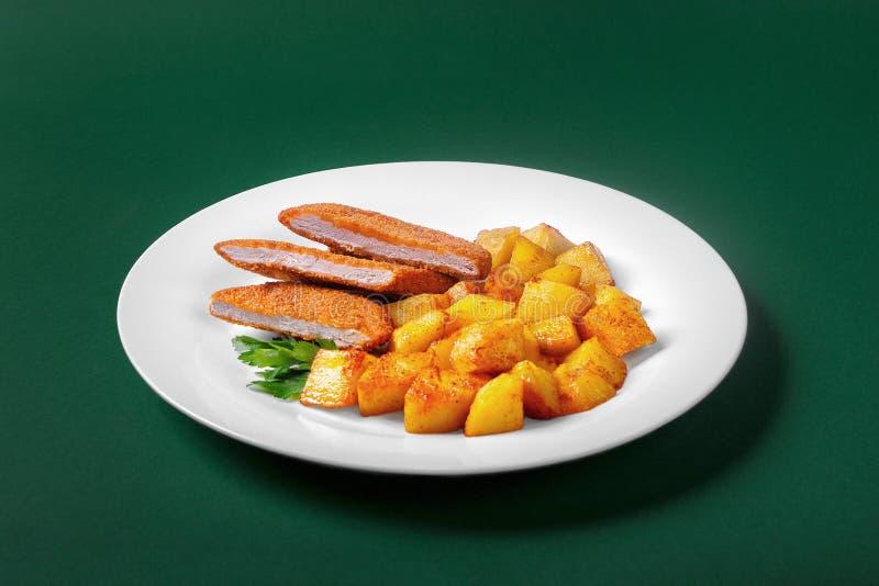 Schnitzel met aardappels voor het menu royalty-vrije stock afbeeldingen