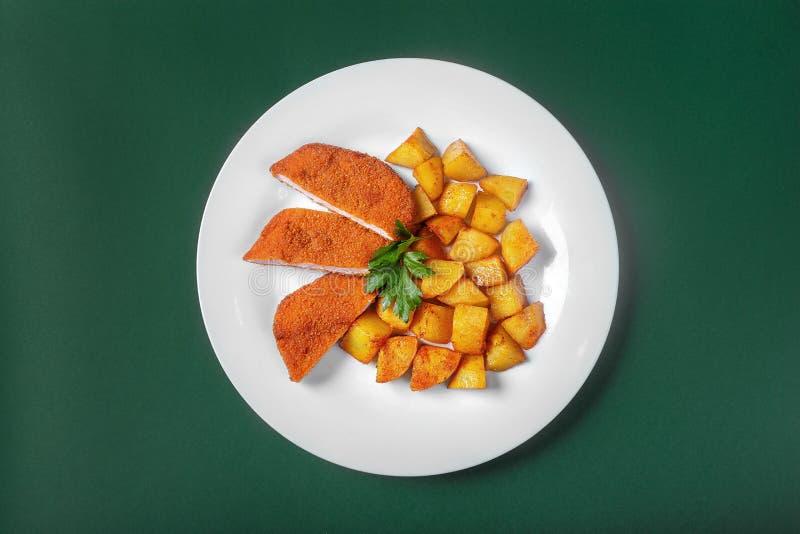 Schnitzel met aardappels voor het menu stock foto