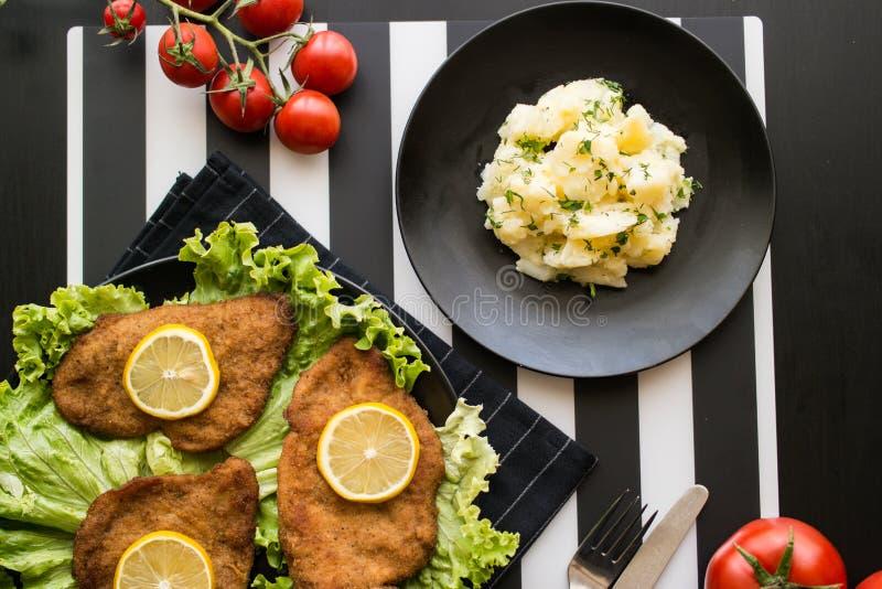 Schnitzel met aardappelsalade stock afbeeldingen
