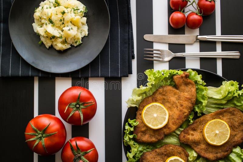 Schnitzel met aardappelsalade royalty-vrije stock foto's