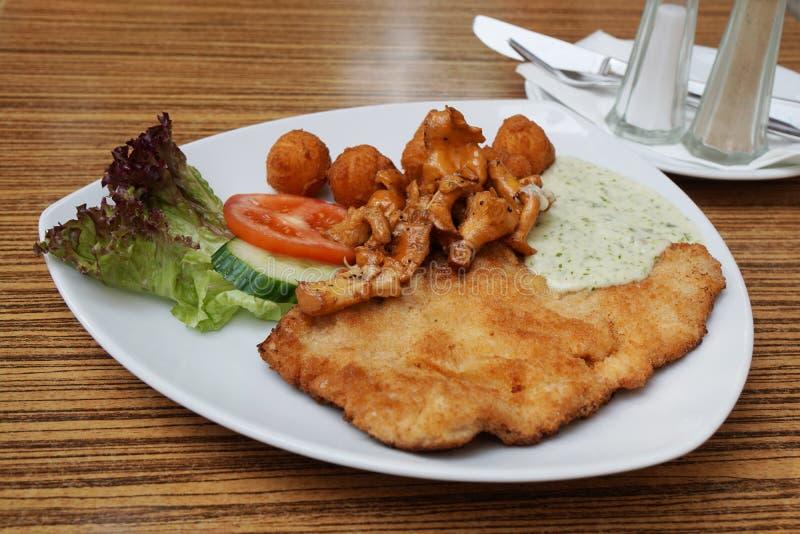 Schnitzel met cantharellen stock foto's