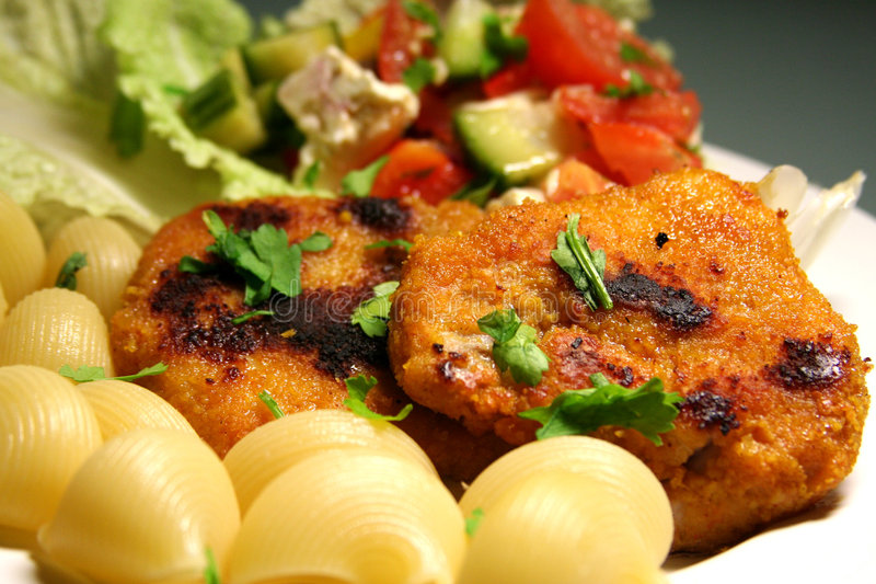 Schnitzel met deegwaren en salade royalty-vrije stock afbeelding