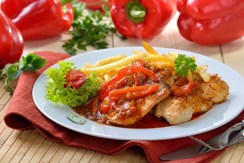Schnitzel met frieten stock fotografie
