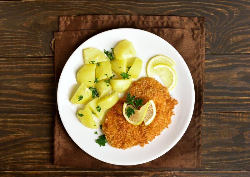 Schnitzel met gekookte aardappel royalty-vrije stock fotografie