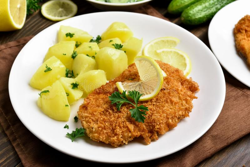 Schnitzel met gekookte aardappel royalty-vrije stock afbeeldingen
