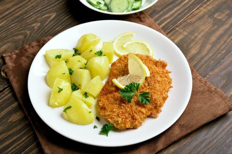 Schnitzel met gekookte aardappel stock foto