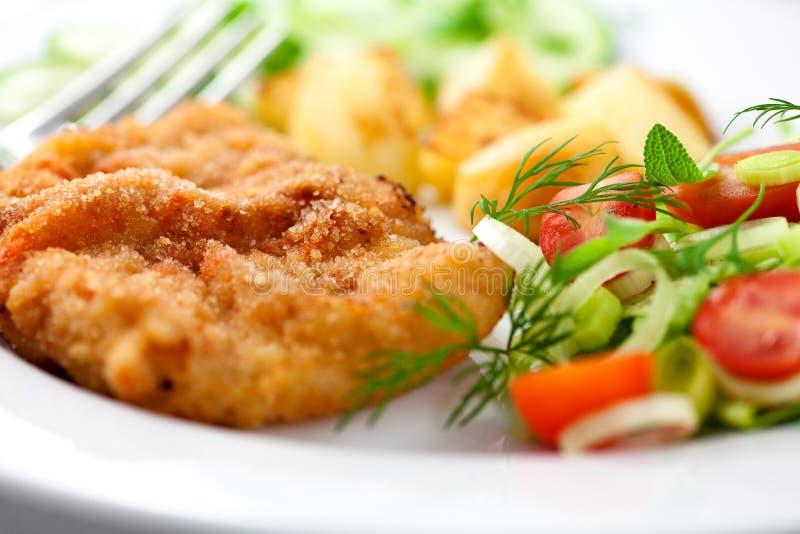 Schnitzel met groenten royalty-vrije stock afbeeldingen