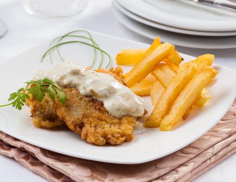 Schnitzel met kaassaus stock foto