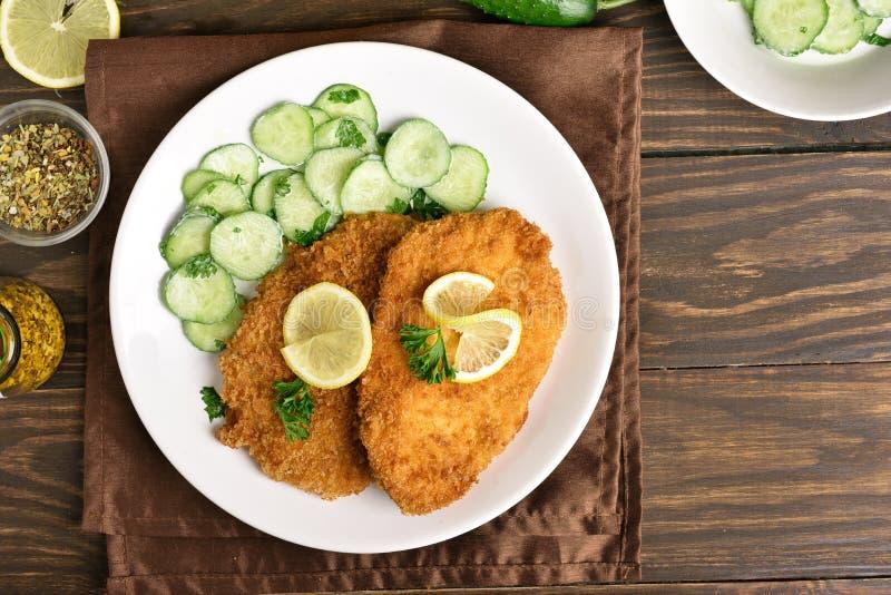 Schnitzel met komkommersalade stock afbeeldingen
