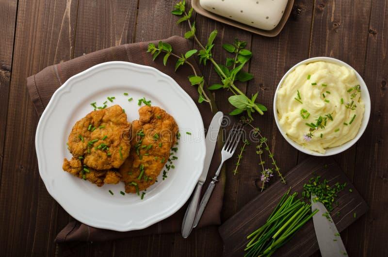 Schnitzel met kruiden, stock fotografie