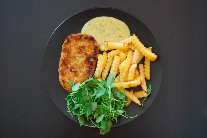 Schnitzel mit Pommes-Frites lizenzfreies stockfoto