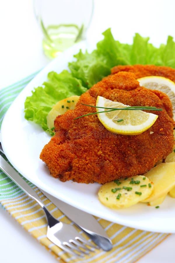 Schnitzel paniert mit Kartoffelsalat lizenzfreie stockbilder